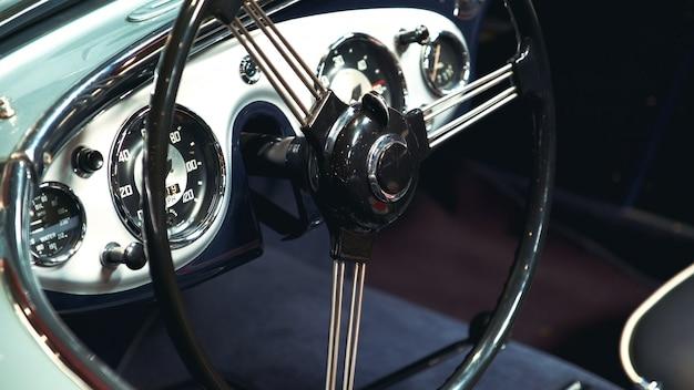 Primo piano del volante in metallo nero del veicolo d'epoca
