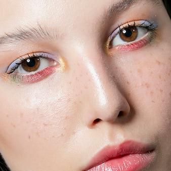 Primo piano del volto di donna con le lentiggini
