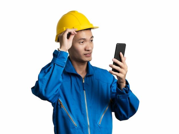 Primo piano del volto di ingegnere giovane uomo utilizzando un telefono cellulare uomo asiatico.