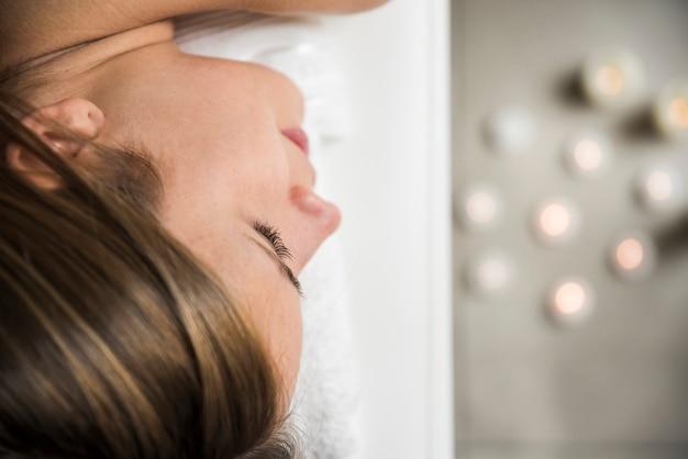 Primo piano del volto di una giovane donna rilassata nella spa
