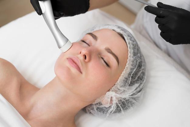 Primo piano del volto di una giovane ragazza che non fa la mesoterapia senza iniezione