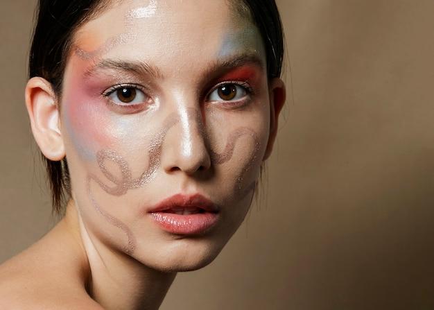 Primo piano del volto dipinto su donna