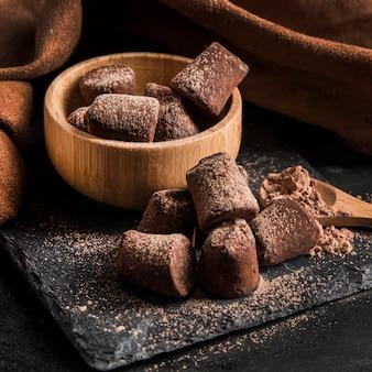 Primo piano delizioso dello spuntino del cioccolato dell'angolo alto