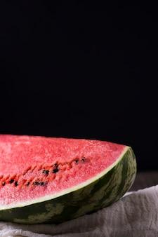 Primo piano delizioso pezzo di anguria