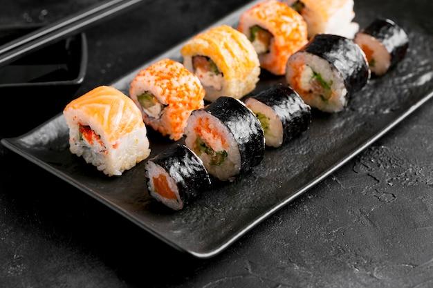 Primo piano delizioso sushi piatto laico