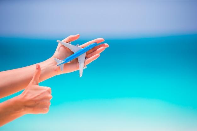 Primo piano dell'aeroplano giocattolo il mare turchese