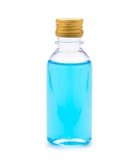 Primo piano dell'alcool blu del 70% in bottiglia su fondo bianco. è alcool etilico per la pulizia delle mani per prevenire il virus corona o lo spargitore covid 19.