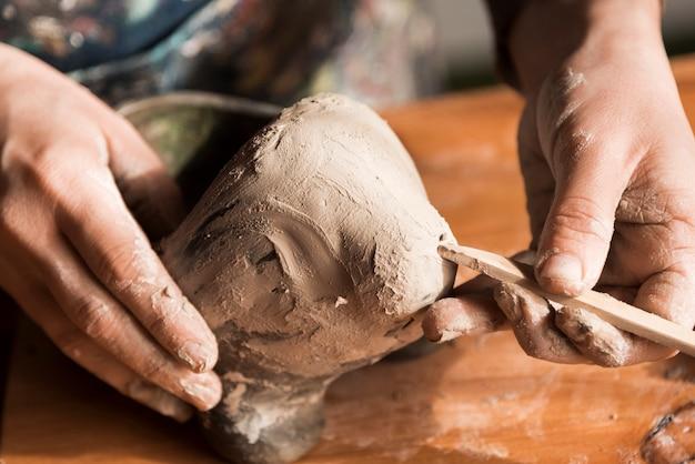 Primo piano dell'area di lavoro per la creazione di ceramiche