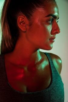 Primo piano dell'atleta con fondo colorato