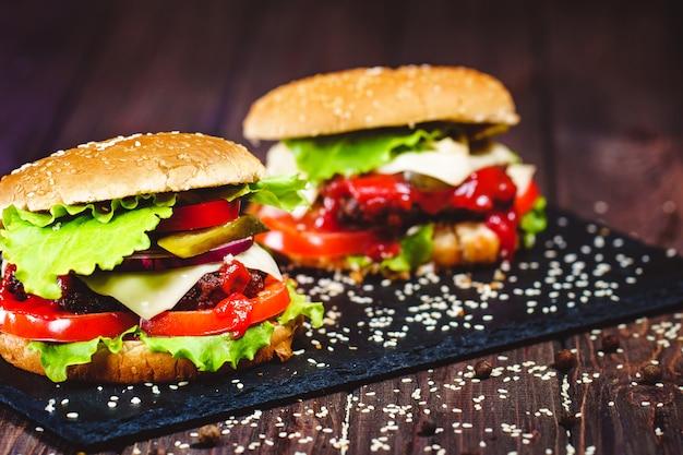 Primo piano dell'hamburger di manzo fatto domestico con lattuga e la patata servite