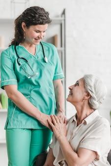 Primo piano dell'infermiera femminile felice con il suo paziente