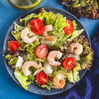 Primo piano dell'insalata di gamberi con pomodori e verdure miste. concetto di dieta alimentare.