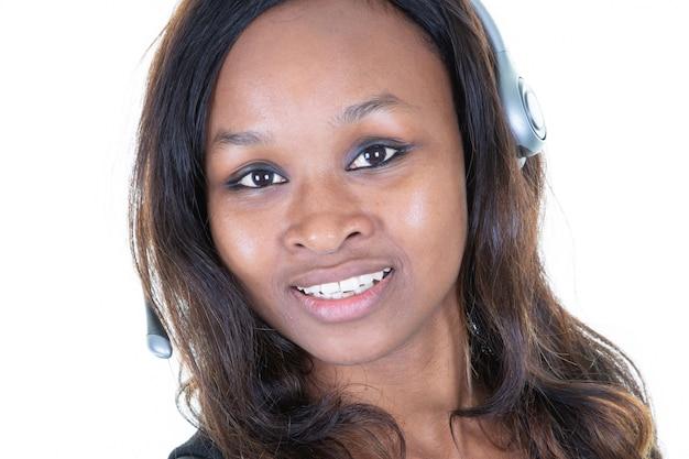 Primo piano dell'operatore della donna della call center dell'afroamericano