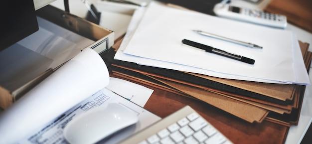 Primo piano dell'ufficio del posto di lavoro del tavolo da lavoro