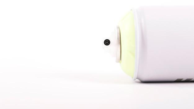 Primo piano dell'ugello di una bomboletta aerosol bianca