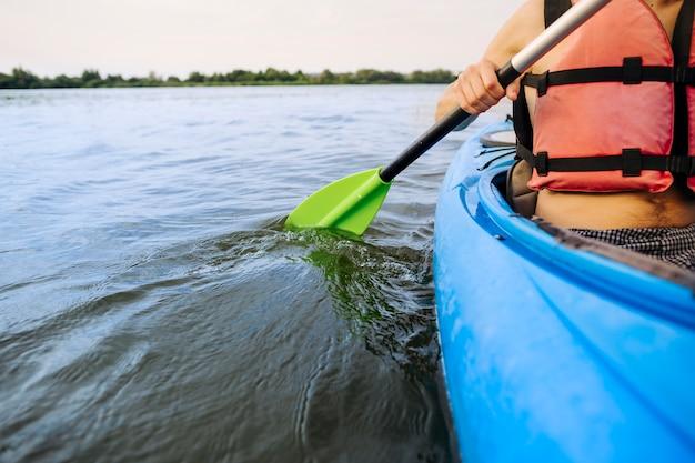 Primo piano dell'uomo che rema kayak