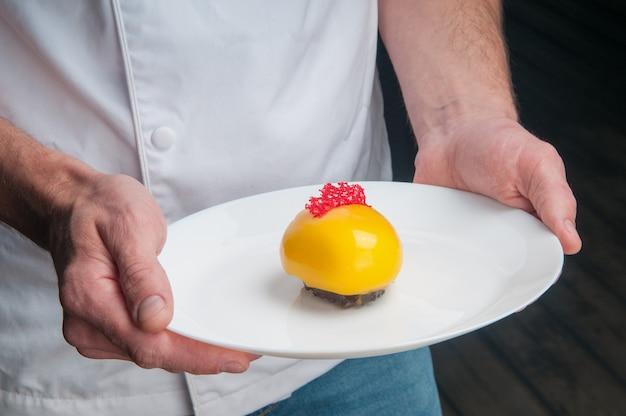 Primo piano dell'uomo che tiene bello dessert colorato