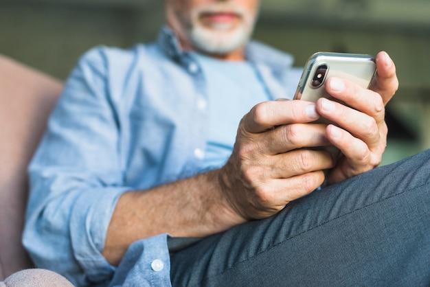 Primo piano dell'uomo che tiene smart phone