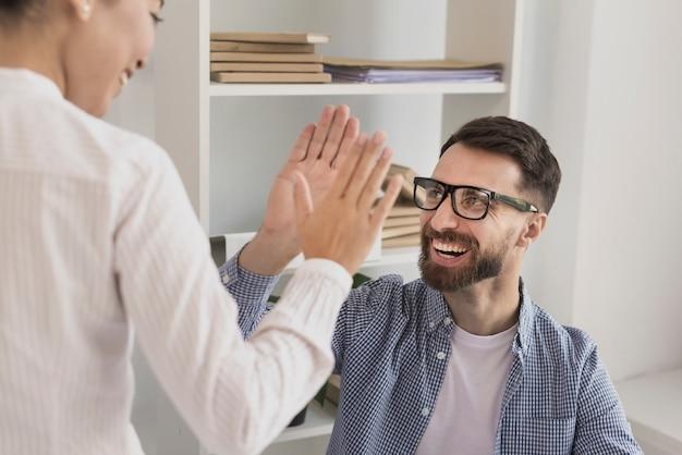 Primo piano dell'uomo d'affari che dà il cinque alla donna