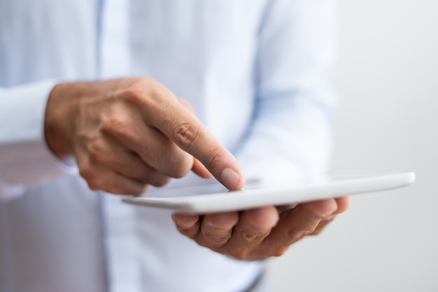 Primo piano dell'uomo d'affari in camicia bianca che indica con il dito