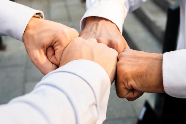Primo piano dell'urto del pugno degli uomini d'affari