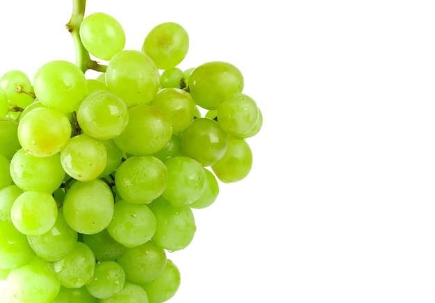 Primo piano dell'uva verde su fondo bianco