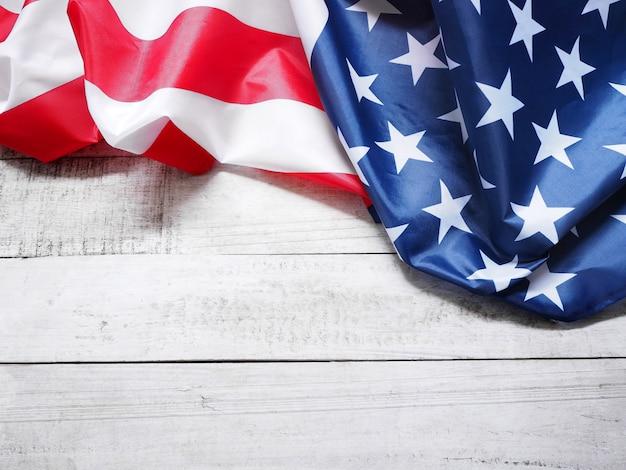 Primo piano della bandiera americana su legno d'annata
