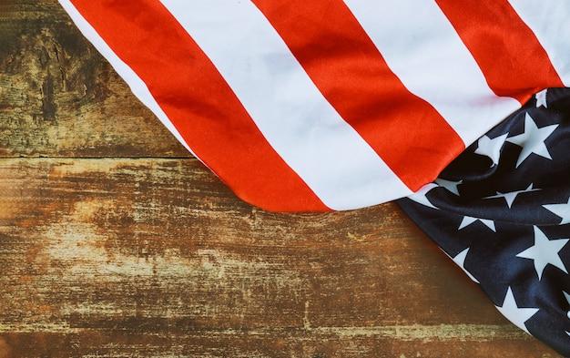 Primo piano della bandiera americana sulla vecchia festa dell'indipendenza del bordo di legno