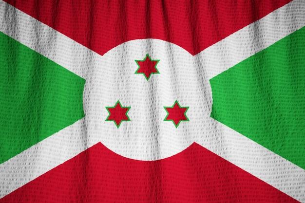 Primo piano della bandiera arruffata del burundi, bandiera del burundi che soffia in vento