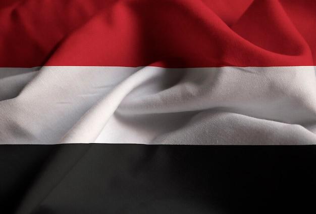 Primo piano della bandiera arruffata di yemen, bandiera dello yemen che soffia in vento