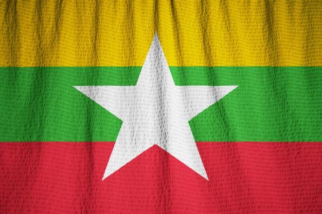 Primo piano della bandiera increspata del myanmar, bandiera del myanmar che soffia in vento