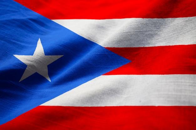 Primo piano della bandiera increspata del porto rico, bandiera del porto rico che soffia in vento