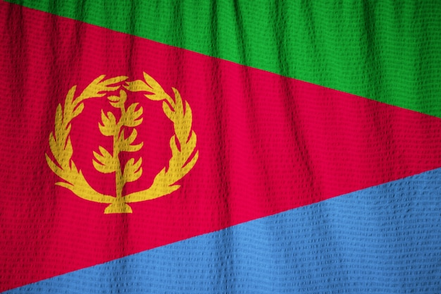 Primo piano della bandiera increspata dell'eritrea, bandierina dell'eritrea che salta in vento