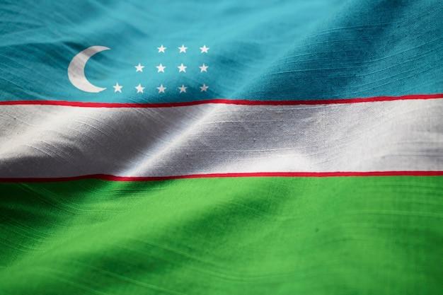 Primo piano della bandiera increspata dell'uzbekistan, bandiera dell'uzbekistan che soffia in vento