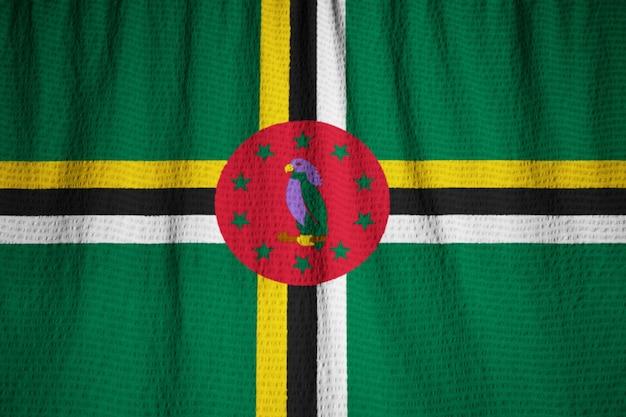 Primo piano della bandiera increspata della dominica, bandiera della dominica che soffia in vento