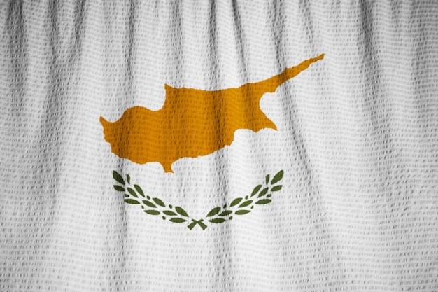 Primo piano della bandiera increspata di cipro, bandiera di cipro che soffia nel vento