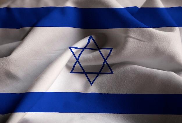 Primo piano della bandiera increspata di israele, bandiera di israele che soffia in vento