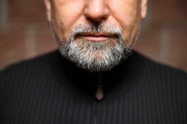 Primo piano della barba uomo maturo