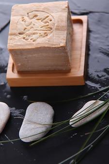 Primo piano della barra di sapone fatto a mano dell'argania