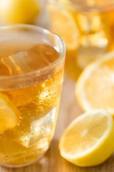 Primo piano della bevanda del limone in vetro