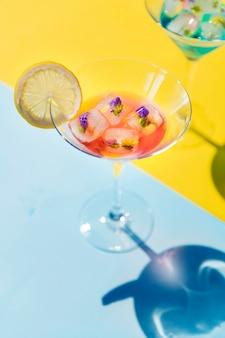 Primo piano della bevanda estiva cocktail decorata