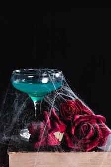 Primo piano della bevanda verde con le rose