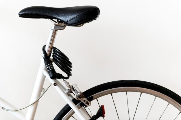 Primo piano della bici di montagna isolato su priorità bassa bianca