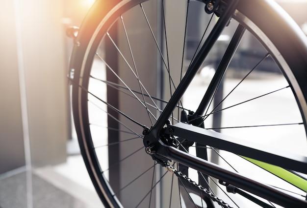 Primo piano della bicicletta della ruota nera sulla scena d'annata