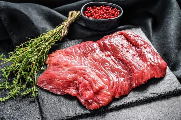 Primo piano della bistecca di manzo fresca cruda