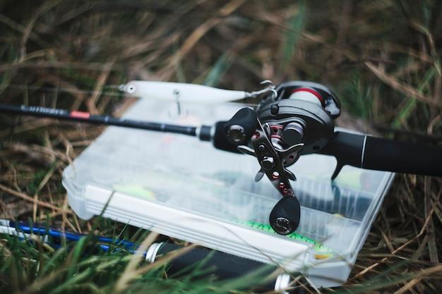 Primo piano della bobina di pesca con esca