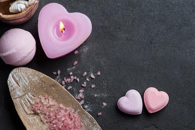 Primo piano della bomba del bagno con la candela accesa rosa