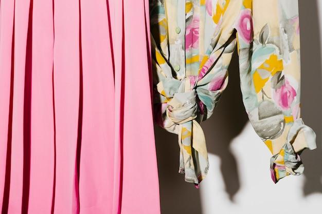 Primo piano della camicia e della gonna rosa