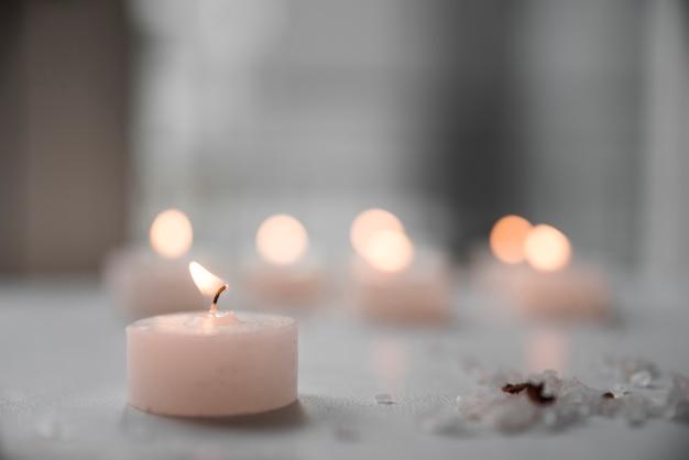 Primo piano della candela e del sale marino brucianti