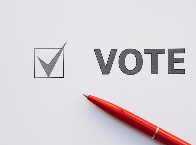 Primo piano della casella selezionata per il voto vista dall'alto